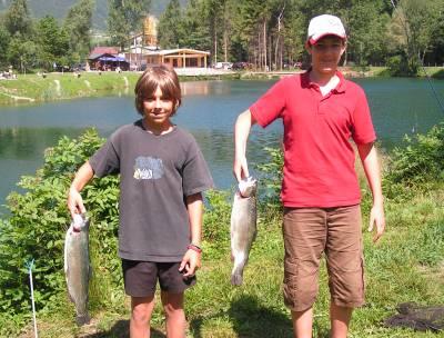 Zwei Burschen mit gefangenem Fisch